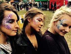 Pretty festival ladies #flowerpower #glitter 💜 #The_Painting_Pixie