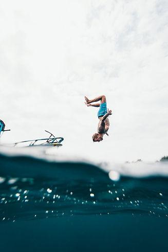 yacht man in water springend.jpeg