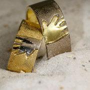 vrolijke ringen van twee kleuren goud
