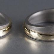 stoere ringen van titanium met een band van goud
