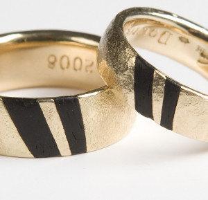 gouden ringen met stukjes hout erin
