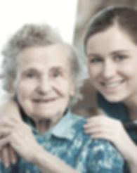 Junge Frau mit Großmutter