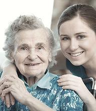 Giovane donna con la nonna