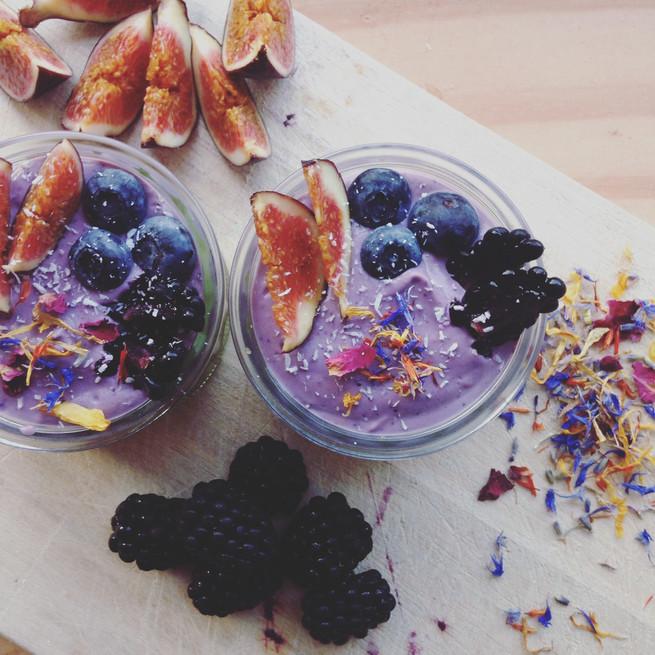 'raw cheesecake' s čerstvým ovocem a vanilkou