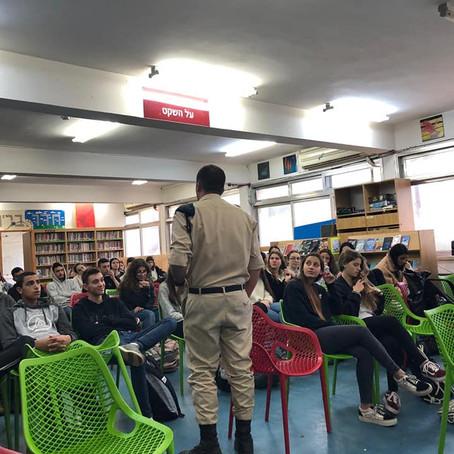 """הרצאה של בוגר עמי אסף בפני תלמידי שכבה יא' - במסגרת פעילויות ההכנה לצה""""ל"""