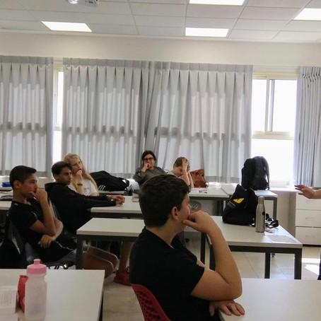 """דורון בר בוגרת מחזור נ""""ה, במפגש עם תלמידי כיתה י'1"""