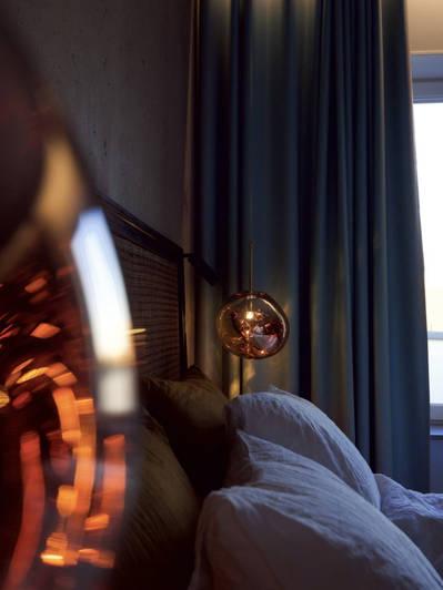 Ursnygga Tom Dixon lampor pryder sovrummet