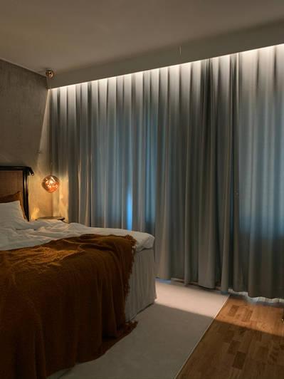 Lyxigt sovrum med belysta gardiner