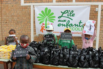 Notre contribution pour 2 semaines de kits alimentaires et sanitaires (2).jpg