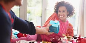 Entregando regalo 3.jpg