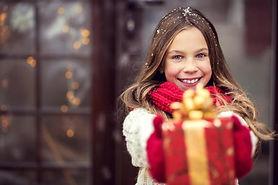 Entregando regalo 2.jpg