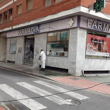 Baldeo y desinfección manual calles El Ejido