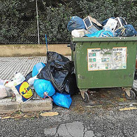 Residuos depositados fuera del contenedor