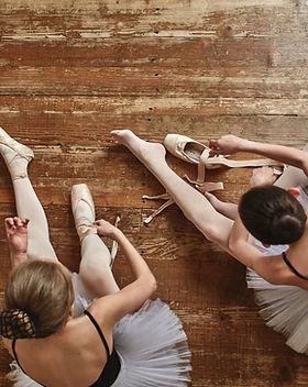 Mädchen schnürt sich herauf ihre Schuhe