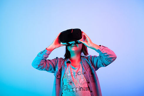 child-experimenting-with-virtual-reality