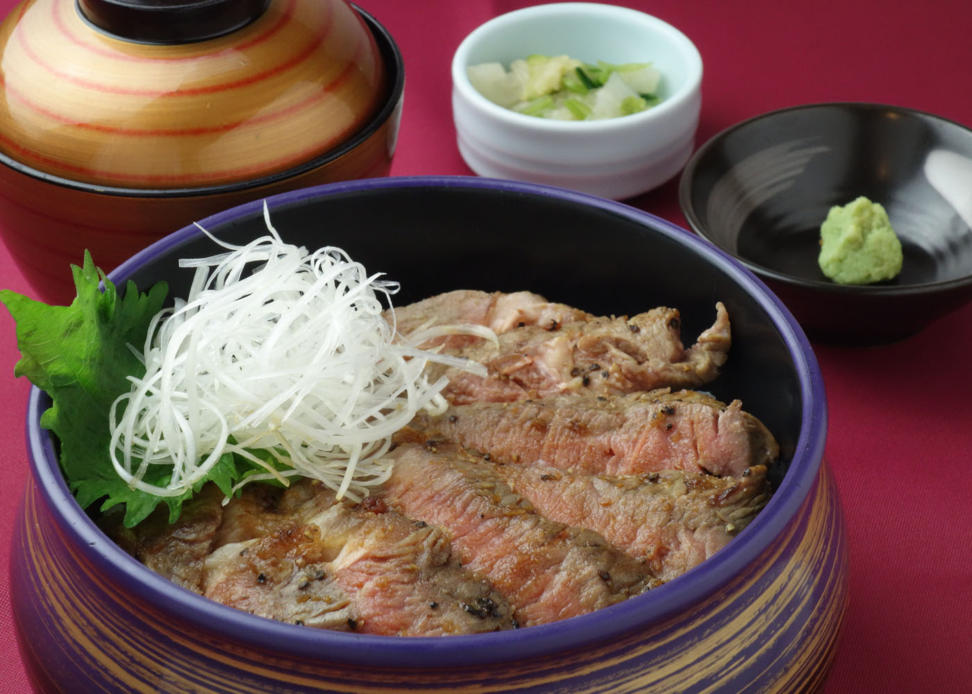 熟成牛のステーキ丼 1,500円(税別)
