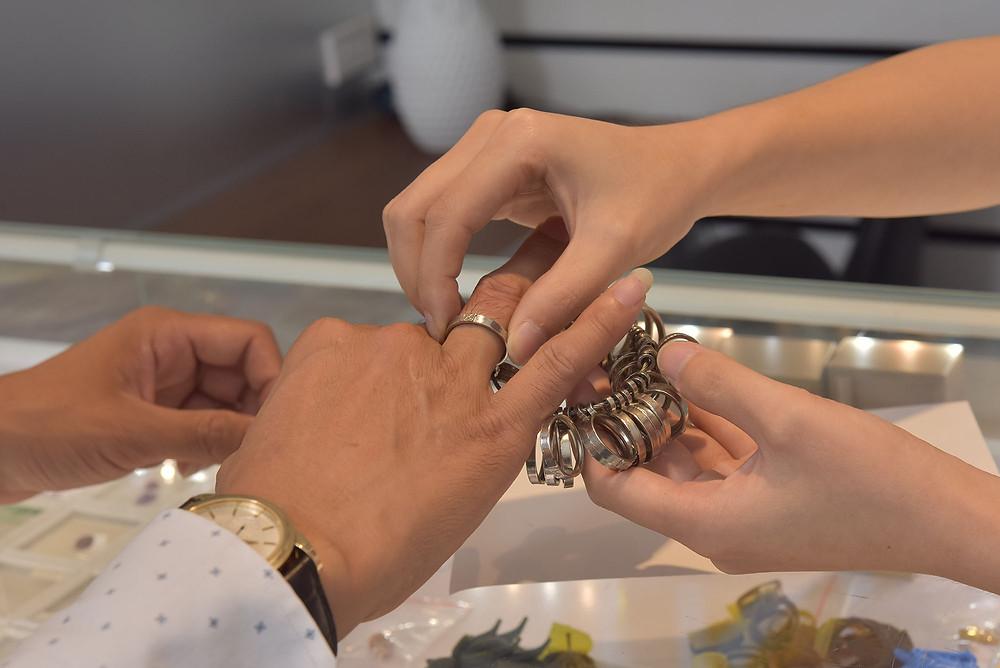 Nhân viên KJ tư vấn và đo size tay cho khách hàng