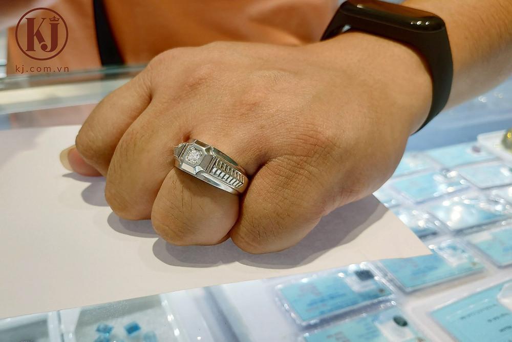Nhẫn nam đính kim cương nổi bật và lịch lãm cho ngón áp út