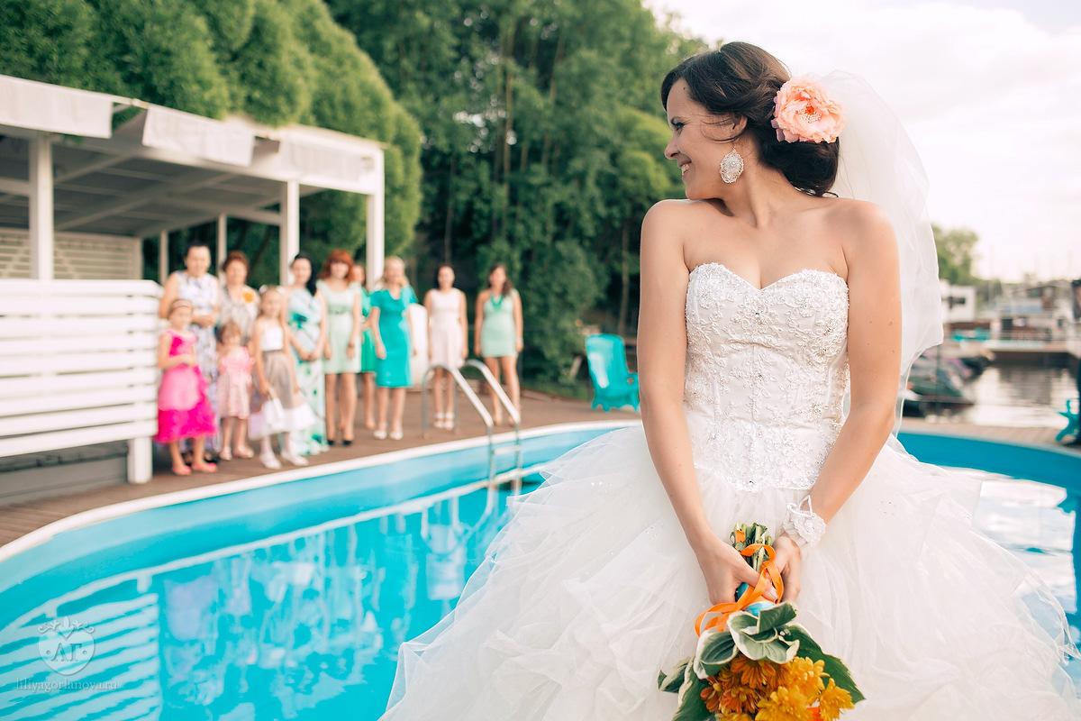 Букет невесты бросали в бассейн
