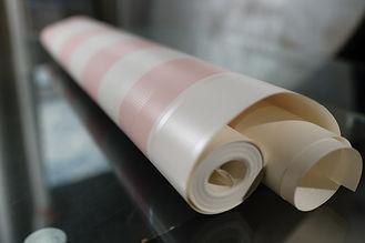 papel listrado cor de rosa e dourado suave.