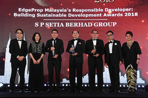 EdgeProp Malaysia's Responsible Developer winners: (From left) Nippon Paint Malaysia general manager of sales Tay Sze Tuck, EdgeProp.my executive editor Sharon Kam, AME Development Sdn Bhd director Simon Lee, S P Setia Berhad Group president and CEO Datuk Khor Chap Jen, Paramount Property Development Sdn Bhd property division CEO Beh Chun Chong, Panasonic Malaysia deputy managing director Hiroyuki Muto and EdgeProp.my managing director and editor-in-chief Au Foong Yee.