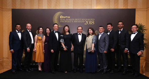 Eastern and Oriental Bhd senior general manager of group marketing and sales Wayne Wong (L5), Eastern and Oriental Bhd chairman Datuk Azizan bin Abdul Rahman and the team from Eastern and Oriental Bhd