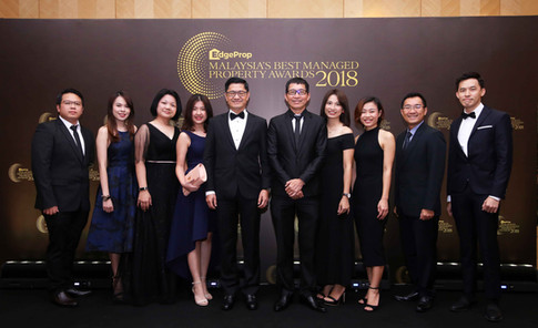 AME Development Sdn Bhd managing director Kelvin Lee Chai (fifth from left) and director Simon Lee with AME team.
