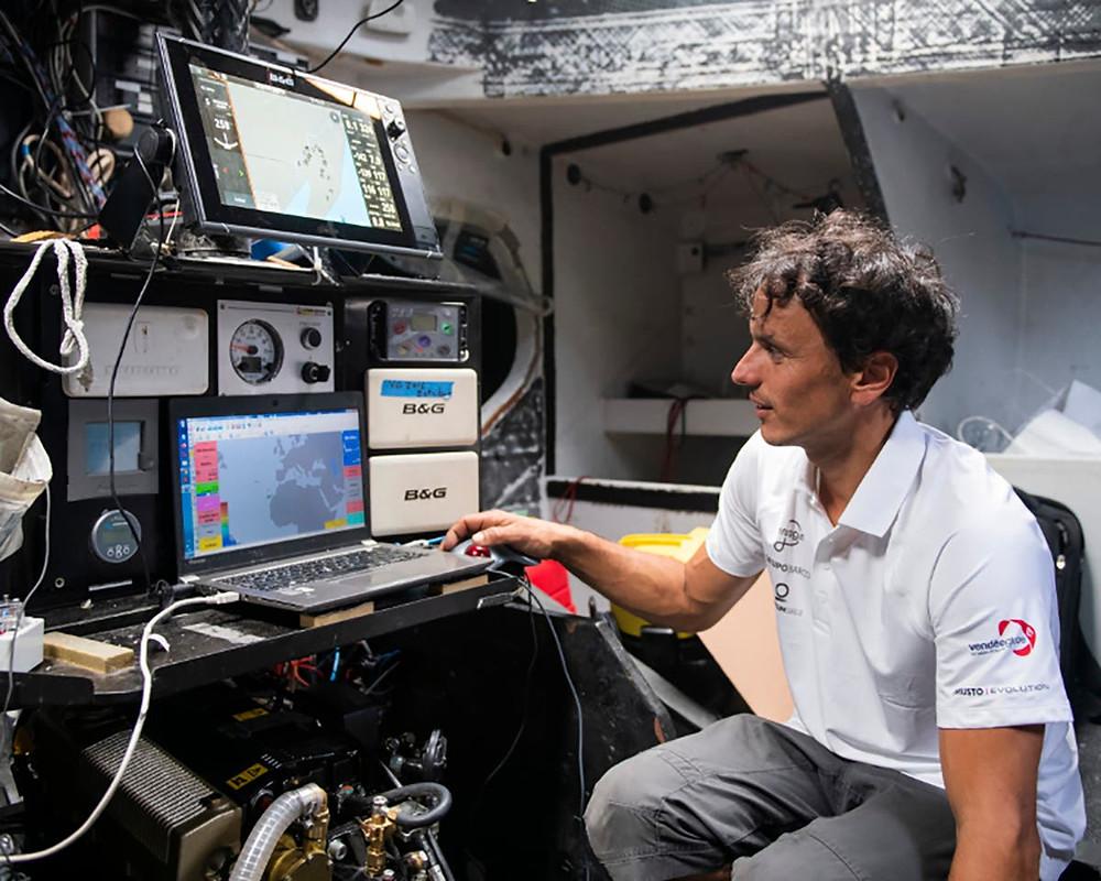 Didac Costa en la mesa de navegación del One Planet One Ocean