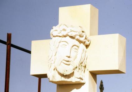 Christ en croix, pierre, cimetière St Mé