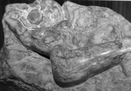 Femme allongée marbre de payolle, rose v