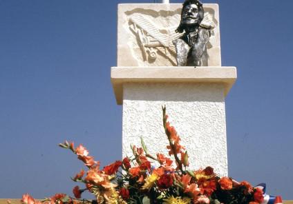 Monument Cmdt Marzac, Cazaux 1985.jpg