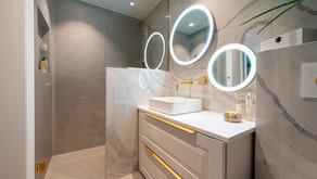 Fantastisk bad i hvit marmor med gulldetaljer