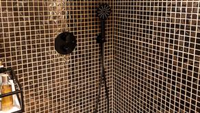 Lekkert bad med mosaikk i dusjen
