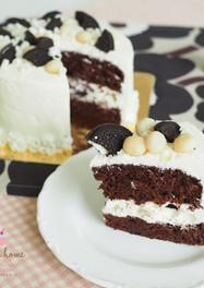 เค้กแมคคาเดเมียโอรีโอ้ไวท์ช็อกโกแลตครีมสด