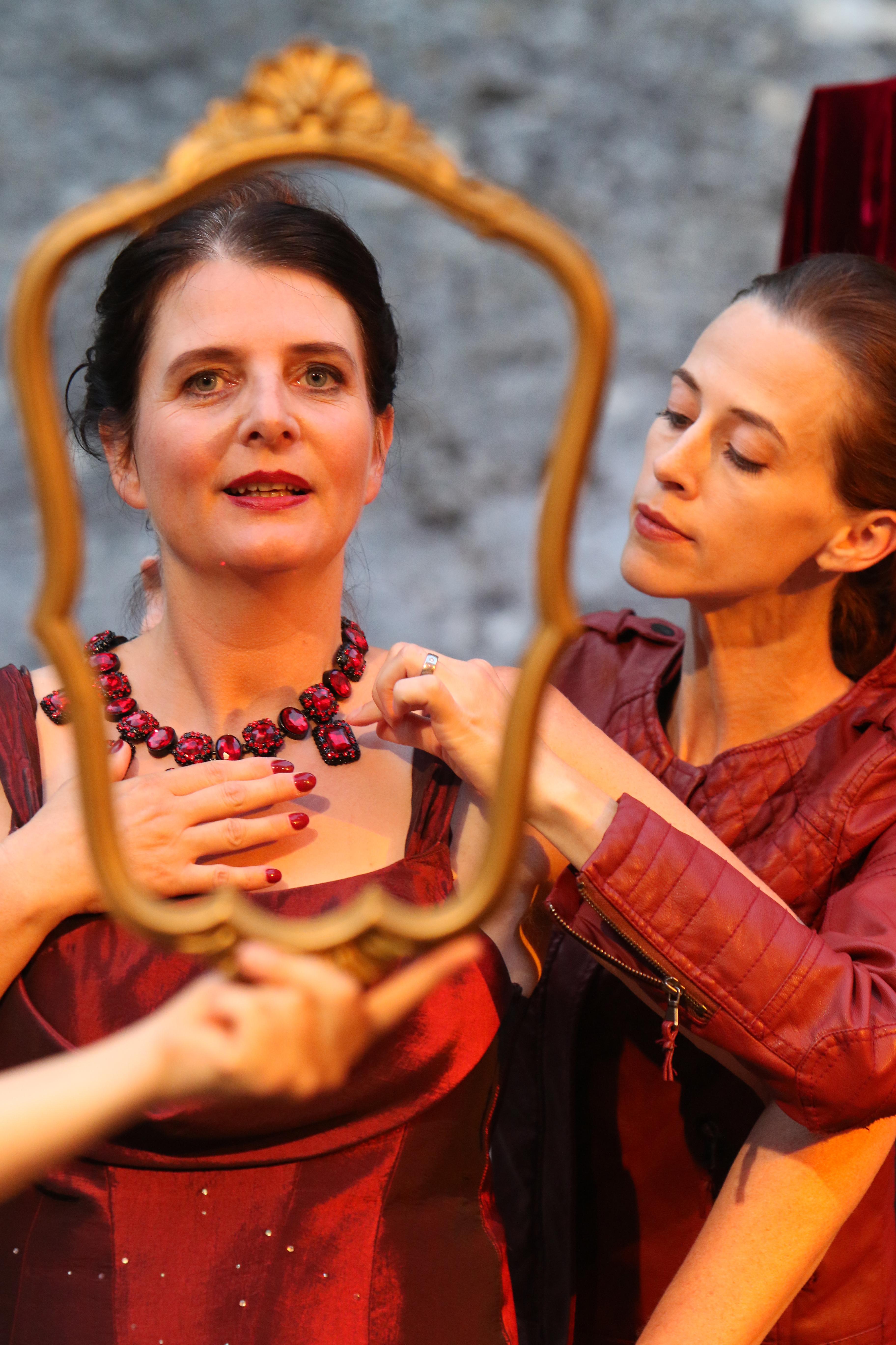 Lady Capulet mit Dienerin