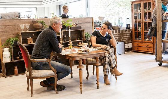 Jesper og Marianne ved bord.jpeg