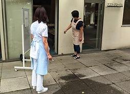 入り口でのヘルスチェック.jpg