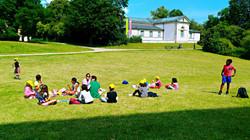 師生在草地上「平起平坐」享受午餐