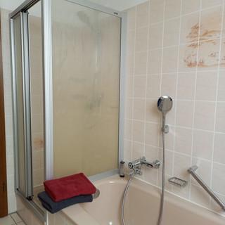 das Bad oben mit Dusche und Wanne