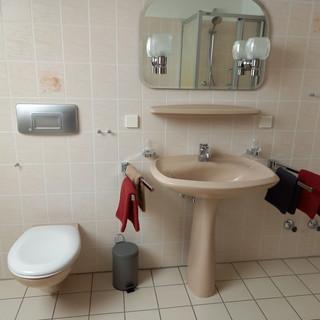 das Bad mit Waschplatz