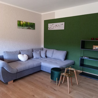 die gemütliche Couch im Wohnzimmer