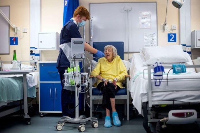 IMAGES Mujer anciana hospitalizada por covid-19 Image caption Casi la mitad de los pacientes en el cúmulo de síntomas 6 terminaron en el hospital.