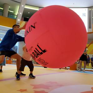 港隊教練示範健球的玩法