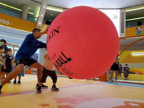 港隊運動員示範給小朋友健球的玩法
