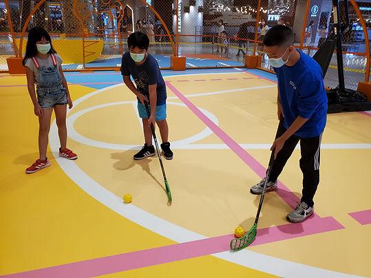 港隊運動員教授小朋友旱地冰球的正確姿勢