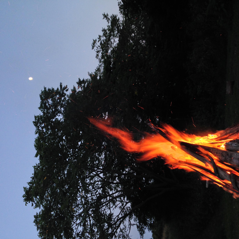 たき火と月