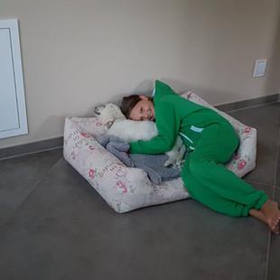 Ava beim kuscheln vor dem Zubettgehen