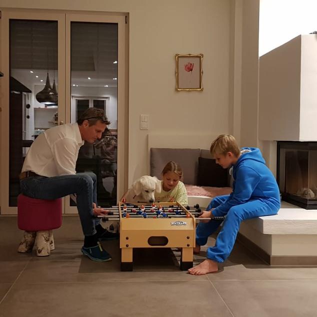 Ava mit Familie beim Kickern
