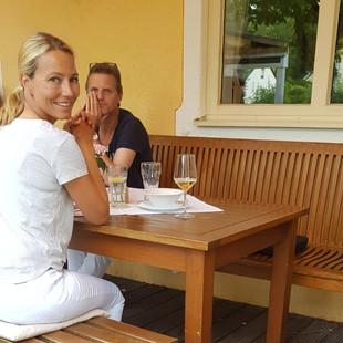 Ava beim ersten Restaurantbesuch