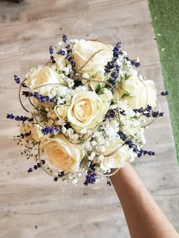 Bouquet de mariée avec roses blanche et lavande